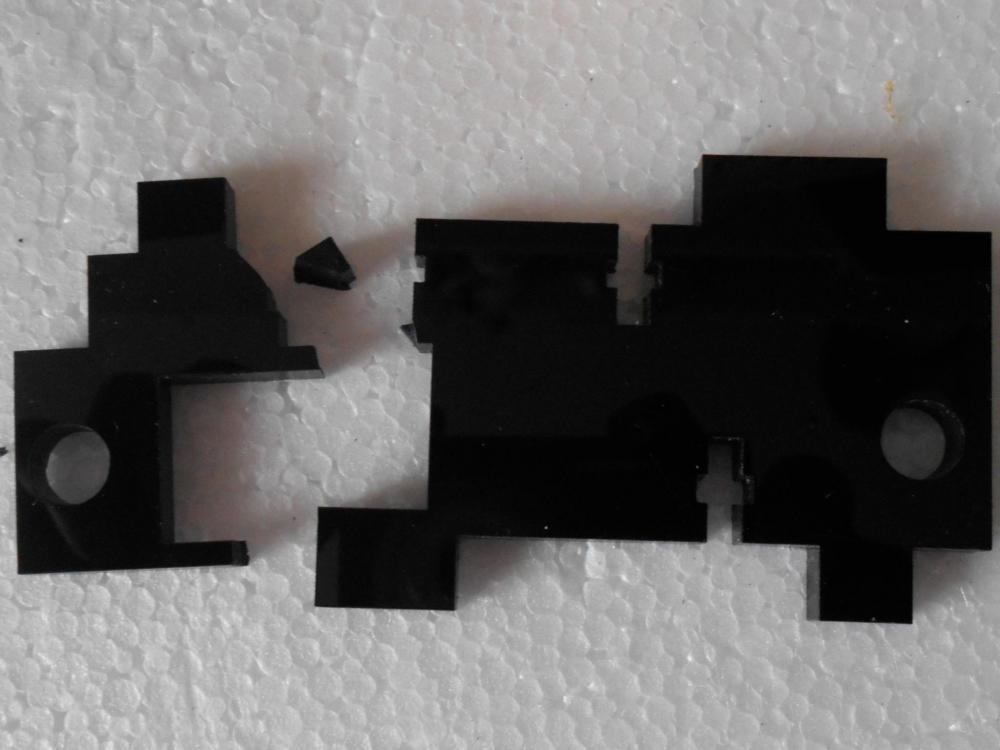 Pièce cassée du support poulie axe X gauche ok.jpg