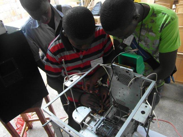 Jeunes africains fabriquant une W.Afate