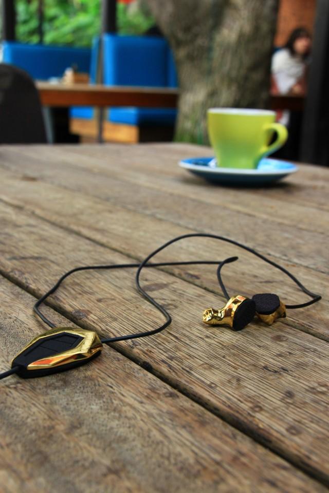 Gros plan sur les écouteurs Accord plaqué Or