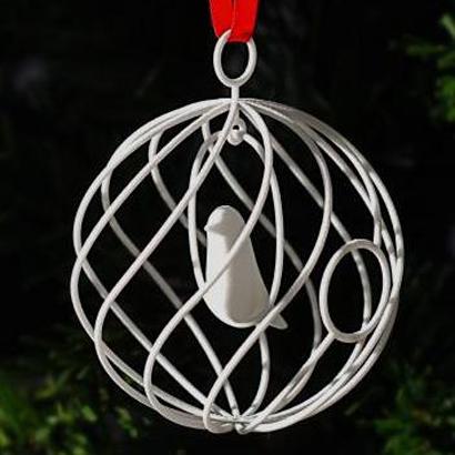 Le joyeux oiseau de Noël dans sa boule
