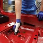 Ouvrier BMW à l'action avec un pouce imprimé en 3D