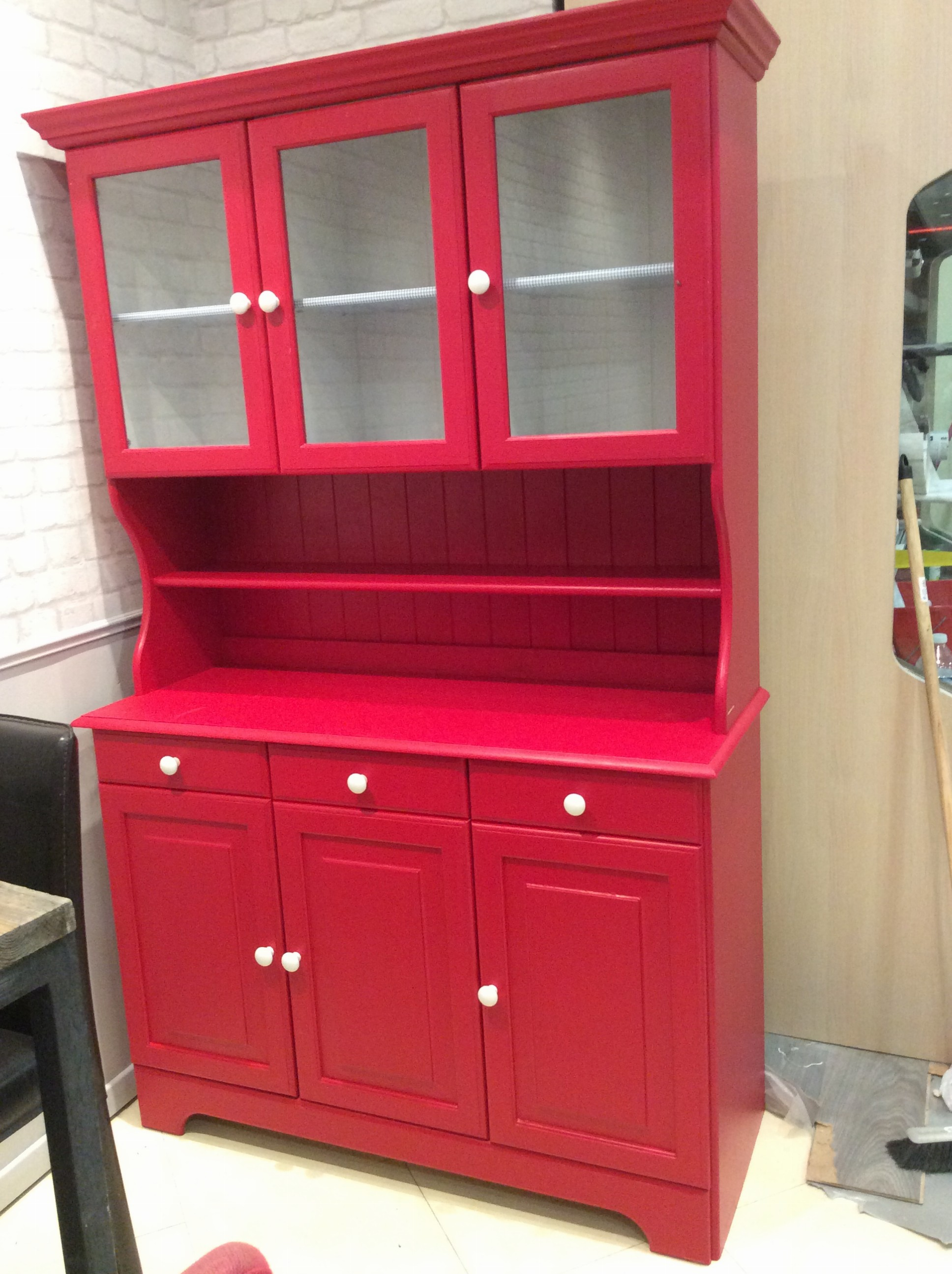 buffet rouge. Black Bedroom Furniture Sets. Home Design Ideas