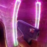 Collage des LED au pistolet à colle chaude