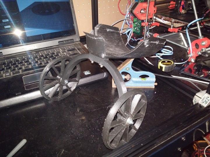 Prototype de panier à roulettes pour chien à 2 pattes