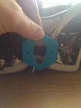 Le support des rollers à 2 roues fixé sur une basket Nike Air Jordan