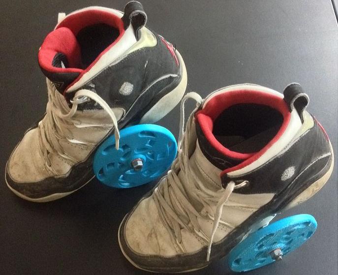 Rollers dual-wheels imprimés en 3D fixés sur des chaussures
