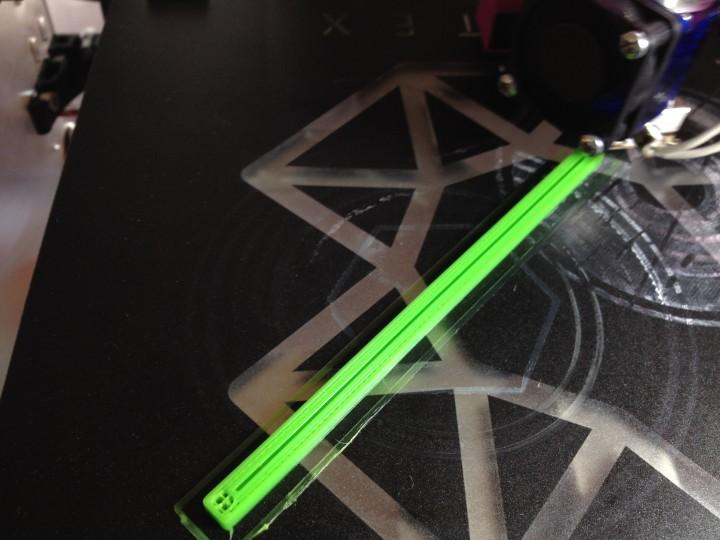 Impression 3D en pause avec le sillon prêt à accueillir la tige métallique