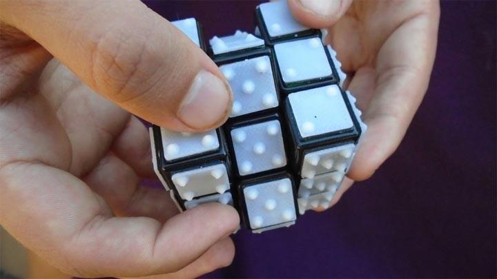 Résolution du Rubik's Cube en braille
