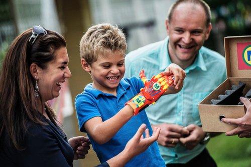 Maxence et ses parents découvrent sa prothèse imprimée en 3D