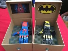 Prothèses de mains spiderman et batman