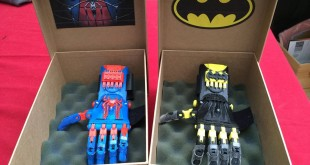Prothèses de mains spiderman et batman