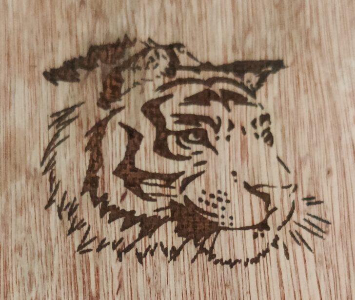 Lion gravé sur du bois